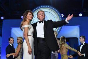 Tìm thông điệp kín trong 7 bộ trang phục siêu đắt của bà Melania Trump