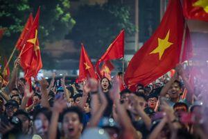 CĐV thâu đêm mừng chiến thắng của Olympic Việt Nam ở hồ Gươm