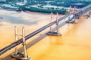 Cầu dây văng hiện đại nối Quảng Ninh với Hải Phòng trước ngày thông xe