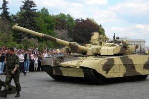 Tăng T-84 Oplot chết cứng khi va vào xe tải