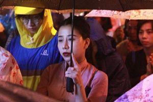 Hàng nghìn người đội mưa dự lễ Vu Lan ngoài đường