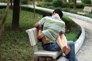 Về hành vi quan hệ tình dục nơi công cộng
