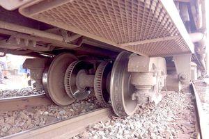 Tàu hỏa trật bánh khi vào ga tại Bình Thuận, đường sắt đình trệ