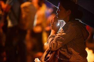 Dòng người đội mưa làm lễ Vu Lan tại chùa Phúc Khánh