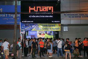 Hàng trăm người chờ nhận Galaxy Note9 lúc 0 giờ tại Hnam Moblie