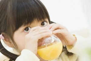 Trẻ bị nóng trong người nổi mụn nên ăn gì để giải nhiệt cơ thể?