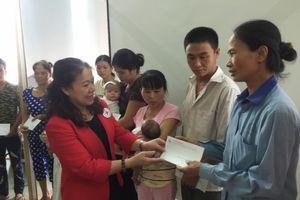Hội Chữ thập đỏ Việt Nam trao quà cho các bệnh nhân nhi có hoàn cảnh khó khăn