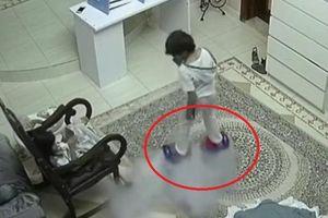 Clip: Xe điện cân bằng phát nổ như bom trong nhà, 2 đứa trẻ suýt mất mạng