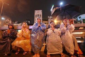 Hàng nghìn người dầm mưa thành tâm dự lễ Vu lan chùa Phúc Khánh