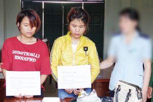 Bắt hai đối tượng nữ vận chuyển 1 kg ma túy đá và 367 viên ma túy tổng hợp qua biên giới