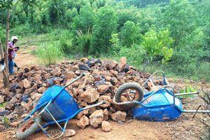 Thuê người khoét núi lấy quặng sắt trái phép