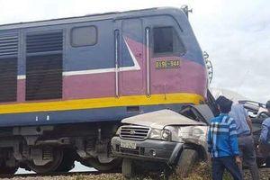 Tàu hỏa tông ô tô, 4 người thương vong trên đường đi ăn rằm