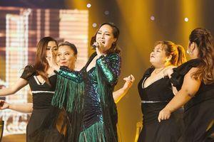 Minh Ngọc bất ngờ lột xác nhảy cùng vũ đoàn 'ngàn cân' tại đêm Bán kết 'The Voice'