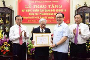 Bí thư Thành ủy Hà Nội Hoàng Trung Hải trao Huy hiệu Đảng cho các đảng viên lão thành