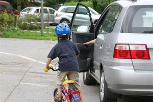 Mở cửa ô tô thiếu quan sát, tài xế khiến một học sinh ở Đà Nẵng bị thương