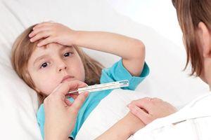 Sốt ở trẻ nhỏ là phản ứng có lợi và cần bù nước kịp thời