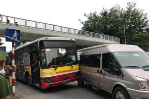 Xe buýt va chạm ôtô 16 chỗ, gây tắc đường chiều chủ nhật