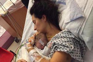 Vô tình ngủ thiếp đi sau khi cho con bú, mẹ tỉnh dậy giữa đêm đã thấy con lạnh toát, tắc thở...