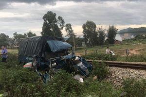 Tàu lửa hất văng xe tải, 2 người nguy kịch