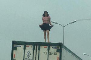 Hà Nội: Người phụ nữ 'quậy tưng' trên thùng xe container