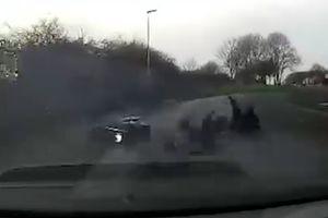 Ăn cắp xe máy xong, 2 tên trộm lao thẳng vào gầm ô tô