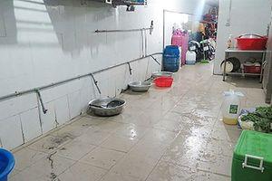 Kiểm tra cơ sở sản xuất suất ăn công nghiệp phát hiện rác ứ đọng trên sàn nhà, nuôi súc vật trong khu vực chế biến