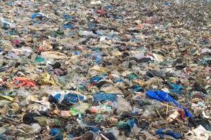 Rác thải kéo dài cả cây số ở Bình Thuận