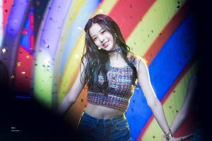 Nữ thần tượng 14 tuổi cao 1,68 m thu hút chú ý ở Hàn Quốc