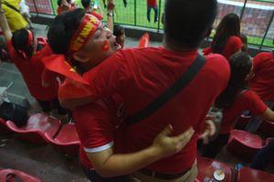 Cổ động viên ôm nhau, cởi trần sau bàn thắng của Văn Toàn