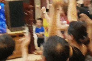 Gia đình Văn Toàn nhảy múa sau khi Olympic Việt Nam giành chiến thắng