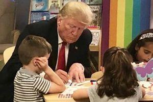Trump bị chế giễu vì tô nhầm màu quốc kỳ Mỹ