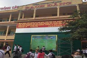 Ngôi trường bá đạo lắp màn hình để học sinh cổ vũ Olympic Việt Nam