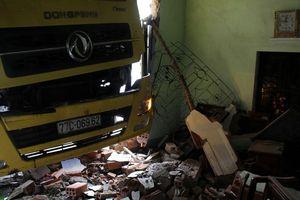 Xe tải tông sập nhà dân
