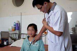 Bé gái 11 tuổi cứ căng thẳng là đổ mồ hôi máu