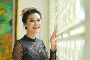 Hoa hậu Trái đất rạng rỡ, đọ sắc với dàn người đẹp khi lần đầu đến Việt Nam