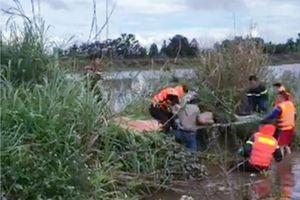 Kiểm sát khám nghiệm hiện trường người đàn ông chết bất thường dưới hồ nước