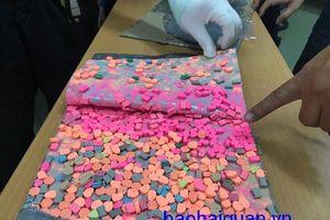 Bắt gần 6 kg thuốc lắc giấu trong các kiện hàng quà biếu
