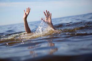 Đi tắm biển, 2 học sinh bị sóng cuốn trôi