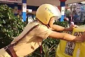 Cảnh sát giao thông đẩy xe taxi chết máy khiến cư dân mạng dậy sóng