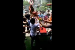 Choáng với màn giật đồ cúng cô hồn thô bạo ở Sài Gòn