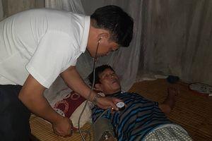 Trạm trưởng Y tế lao xuống nước cứu người