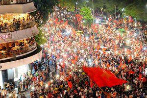 Người dân cả nước tràn ra đường mừng chiến tích của Olympic Việt Nam
