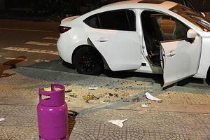 Người đàn ông nghi 'ngáo đá' đập phá hàng loạt ô tô, cướp xe Grab