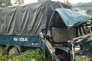 Tàu hỏa tông văng xe tải, tài xế và phụ xe nguy kịch