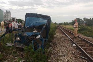 Xe tải bị tàu hỏa tông nát bươm, 2 người nguy kịch