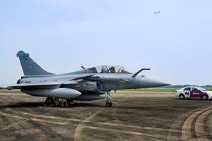 Tiêm kích Rafale B của không quân Pháp hạ cánh xuống sân bay Nội Bài