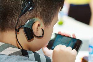 Cấy ốc tai điện tử miễn phí cho 5 trẻ nghe kém