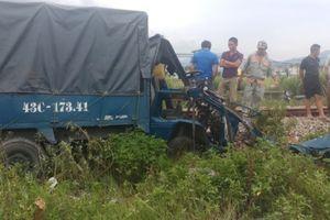 Tàu hỏa tông nát ô tô tải, tài xế và phụ xe văng ra ngoài