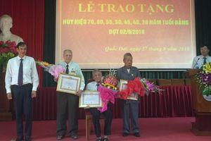 Trao Huy hiệu Đảng cho các đảng viên lão thành huyện Quốc Oai