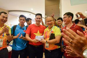 Chủ tịch Asanzo xuống sân thưởng nóng cho Olympic Việt Nam sau chiến thắng Syria